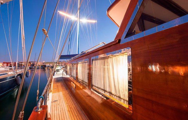 fotografía nocturna de embarcaciones de lujo