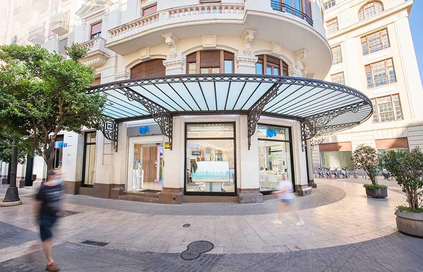fotógrafo exterior tienda emblemática movistar en valencia centro